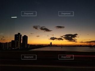 都市に沈む夕日の写真・画像素材[3395499]