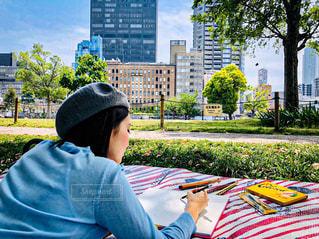 女性,屋外,樹木,ピクニック,ペン,都会,高層ビル,紙,おえかき,おうち時間