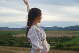 野原に立っている人の写真・画像素材[3096785]