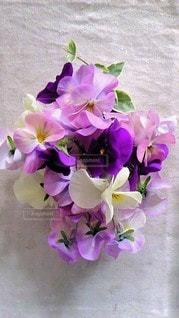 テーブルの上に花の花瓶の写真・画像素材[3110682]