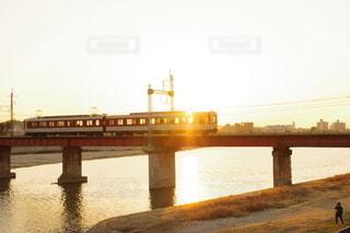 夕陽と鉄道の写真・画像素材[3115475]