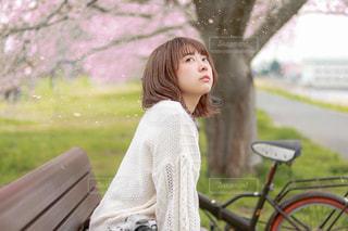 公園のベンチに座っている女性の写真・画像素材[3168086]