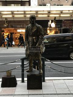 歩道に立っている銅像の写真・画像素材[906365]