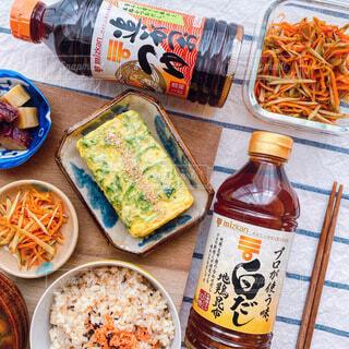 食べ物でいっぱいのテーブルの写真・画像素材[3890554]
