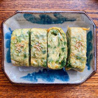 食べ物の皿をテーブルに置くの写真・画像素材[3902540]