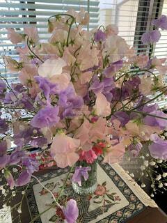 テーブルの上に紫色の花で満たされた花瓶の写真・画像素材[4020209]