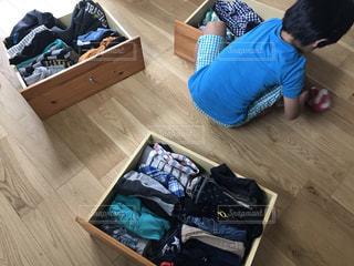 子供服の衣替えをしている男の子の写真・画像素材[3337673]