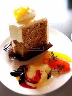 お皿の上の溶けたアイスクリームとシフォンケーキの写真・画像素材[3615794]