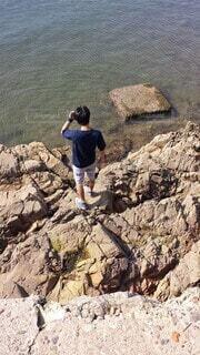 岩の上に立っている人の写真・画像素材[3617894]