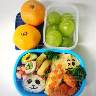 異なる種類の食品で満たされたお弁当箱の写真・画像素材[3650183]