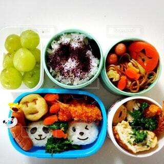 テーブルの上に異なる種類の食べ物が詰まったお弁当箱の写真・画像素材[3669316]