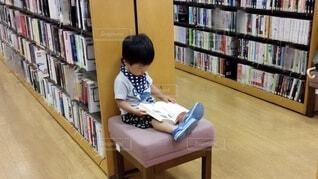 図書館に座っている小さな子供の写真・画像素材[3704288]