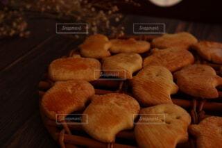 木のまな板の上の食べ物のクローズアップの写真・画像素材[3777766]