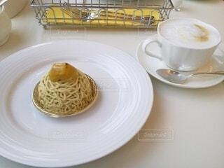 京都で食べたモンブランとカフェラテの写真・画像素材[3826846]