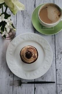 パン屋さんのモンブランとカフェオレの写真・画像素材[3838760]