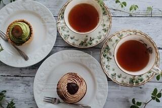 抹茶タルトと栗タルトと紅茶の写真・画像素材[3913291]