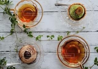 抹茶タルトとモンブランタルトと紅茶の写真・画像素材[3915524]