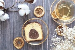 マーブル模様のパウンドケーキと紅茶の写真・画像素材[3980503]