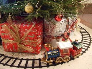 クリスマスツリーの下を走る汽車の写真・画像素材[3984293]