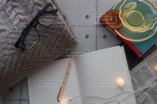 手帳とセーターとメガネの写真・画像素材[4002174]