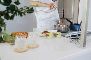食べ物,キッチン,花瓶,テーブル,皿,コップ,食器,サラダ,料理,ブランチ,美味しい水,お昼ご飯,生野菜,野菜サラダ,台所用品,安全な水,浄水器,浄水,家庭電化製品,トレビーノ