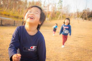 カメラに微笑む幼い子供の写真・画像素材[4137796]