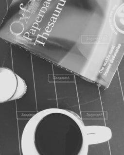 カフェ,コーヒー,屋内,花瓶,読書,英語,リラックス,マグカップ,食器,カップ,カフェラテ,カフェオレ,おうちカフェ,ミルク,辞書,ドリンク,ラテ,おうち,ライフスタイル,ソイラテ,食器類,セラミック,磁器,おうち時間,黒と白,ミルクラテ