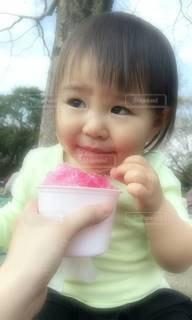 かき氷を食べてる小さな女の子の写真・画像素材[3136309]