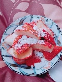 皿のイチゴの写真・画像素材[3147500]
