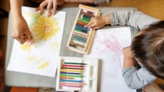 緑,赤,青,黄色,茶色,ペン,クレヨン,紙,おえかき,画用紙,おうち時間