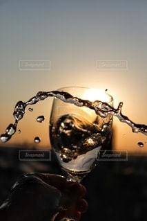 夕暮れ時のワイングラスの写真・画像素材[3132923]
