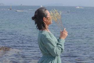 水の体の隣に立っている人の写真・画像素材[3191848]