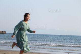 海の隣のビーチを走るの写真・画像素材[3191852]