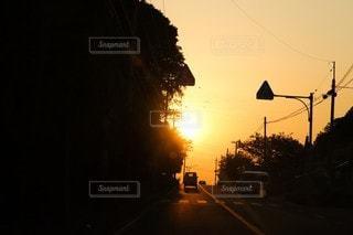 日没前の信号で止まった車の写真・画像素材[3454900]