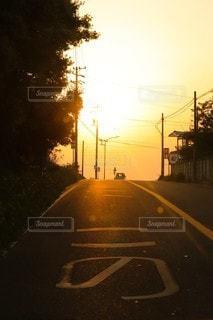 道路の脇にぶら下がっている信号の写真・画像素材[3454901]