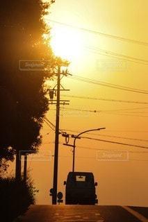 夕日の前の信号の写真・画像素材[3454902]