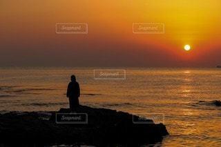 夕日を背景にの写真・画像素材[3454903]