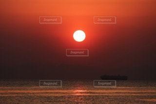 水の体に沈む夕日の写真・画像素材[3454905]