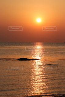 背景に夕日があるの写真・画像素材[3454907]