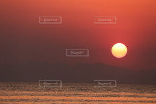 ビーチに沈む夕日の写真・画像素材[3454908]