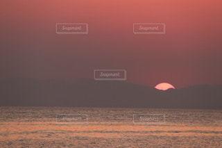 ビーチに沈む夕日の写真・画像素材[3454913]