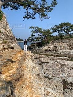 岩の中のカメラ女子の写真・画像素材[3455020]