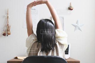 机に座っている女性の写真・画像素材[3221934]