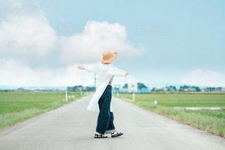 農道で回る女の子の写真・画像素材[3304845]