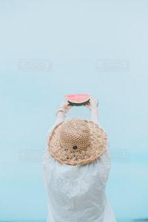 スイカと麦わら帽子の女の子の写真・画像素材[3304846]