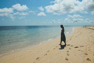 砂浜の上に立っている人の写真・画像素材[3547389]