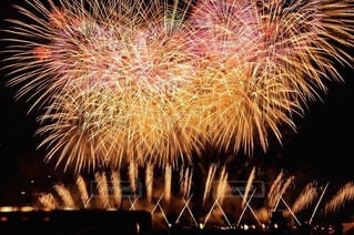 夜空に打ち上がる花火の写真・画像素材[3618079]