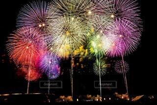 夜空に打ち上がる花火の写真・画像素材[3618077]