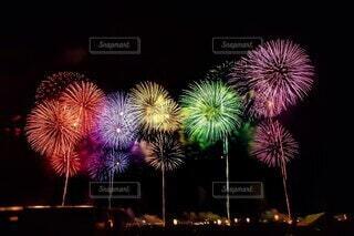 夜空に打ち上がる花火の写真・画像素材[3618075]