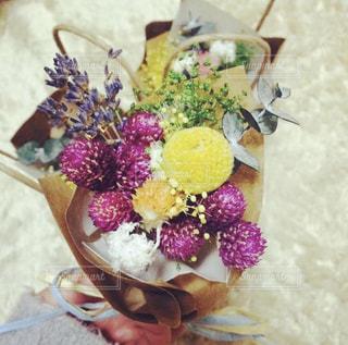 テーブルの上に花の花瓶の写真・画像素材[3142310]